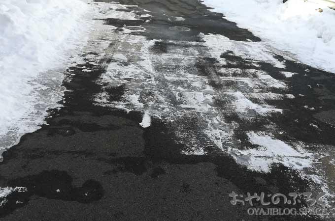 玄関先の溶けない雪?氷?は塩カルの代わりに天然素材の融雪剤で